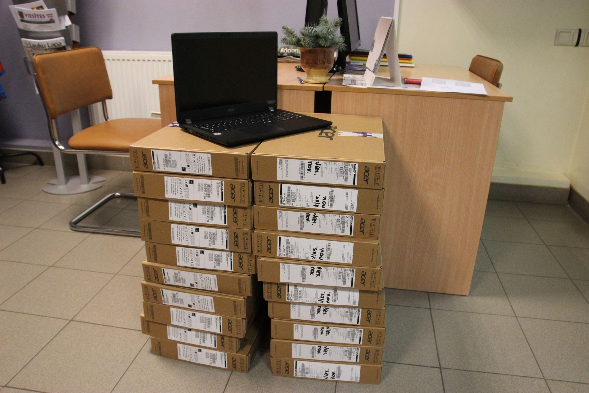 Viesītes vidusskola saņem 21 jaunus portatīvos datorus